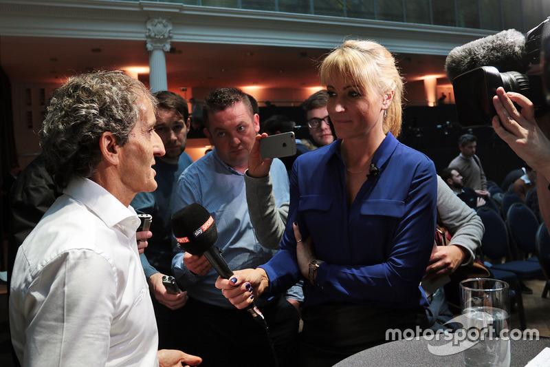 Alain Prost mit der Presse