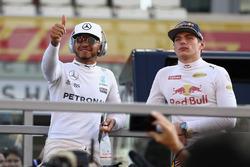 Льюис Хэмилтон, Mercedes AMG F1, и Макс Ферстаппен, Red Bull Racing