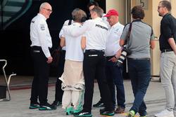Nico Rosberg, Mercedes AMG F1 con Thomas Weber; Niki Lauda y Toto Wolff