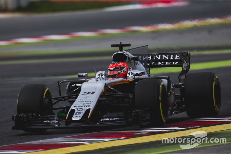 Год назад Force India привезла на тесты машину в привычной всем черно-серой ливрее, которая откровенно терялась на фоне соперников...