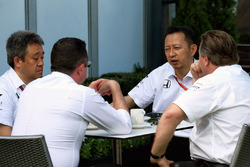 Eric Boullier, Director de carreras de McLaren y Zak Brown, Director Ejecutivo de McLaren, con Yusuke Hasegawa, director del programa de Honda F1