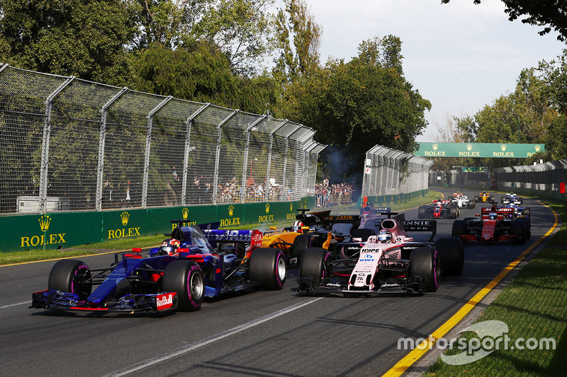 Daniil Kvyat, Scuderia Toro Rosso STR12, leads Sergio Perez, Force India VJM10 and Nico Hulkenberg, Renault Sport F1 Team RS17