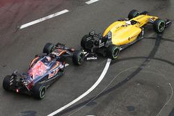 Daniil Kvyat, Scuderia Toro Rosso STR11 and Kevin Magnussen, Renault Sport F1 Team RS16 make contact