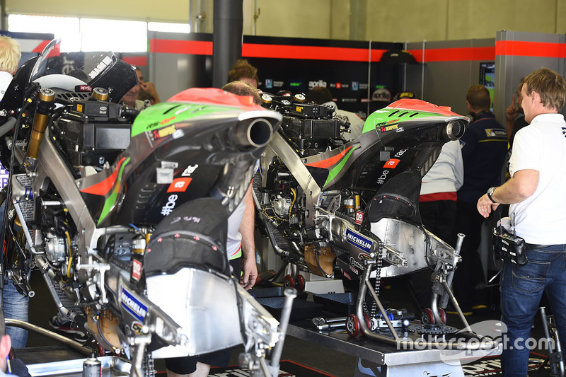 Atmosfera nel garage Aprilia Racing Team Gresini