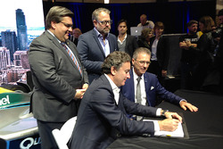 Alejandro Agag, chef de la direction de la Formule E, signe le contrat avec Sylvain Vincent, président de Montréal c'est électrique. Le Maire Denis Coderre et Alexandre Taillefer, président d'honneur, assistent à la signature.