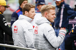 Romain Grosjean, Haas F1 Team, and Kevin Magnussen, Haas F1 Team, pilotlar geçit töreninde