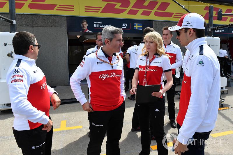 Charles Leclerc, Sauber con Xevi Pujolar, jefe de ingenieros de pista en Sauber y Ruth Buscombe, Sauber