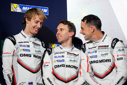 Подиум: обладатели второго места Тимо Бернхард, Эрл Бамбер и Брендон Хартли, Porsche Team