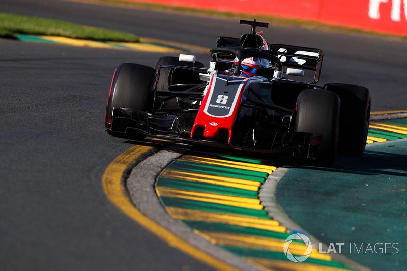 Romain Grosjean vem logo atrás do companheiro de Haas