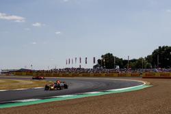 Daniel Ricciardo, Red Bull Racing RB14, y Kimi Raikkonen, Ferrari SF71H