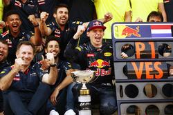 Christian Horner, Team Principal, Red Bull Racing, Daniel Ricciardo, Red Bull Racing, Max Verstappen, Red Bull Racing, 1° classificato, e il team Red Bull festeggiano la sua prima vittoria da record in F1