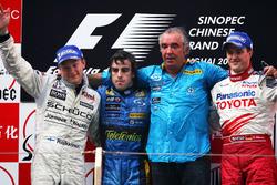 Podium: second place Kimi Raikkonen, McLaren, Race winner Fernando Alonso ,Renault F1 Team, Flavio B