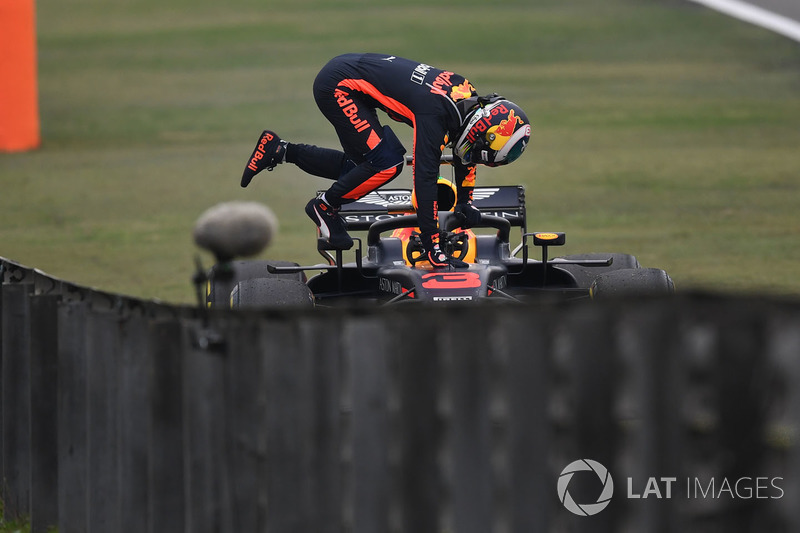 Daniel Ricciardo, Red Bull Racing RB14 se detiene en la pista en PL3