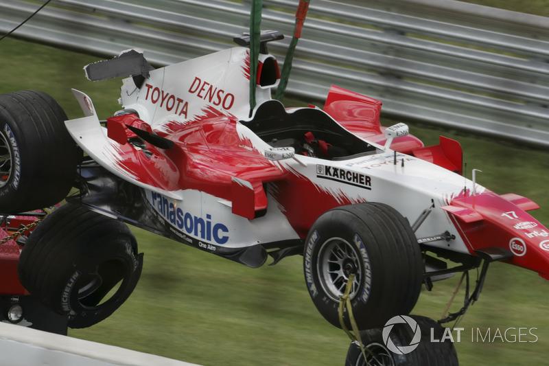 А французские шинники из Michelin (чью продукцию использовала Toyota и еще шесть команд) сразу же заподозрили неладное и потребовали от своих клиентов увеличить давление в шинах