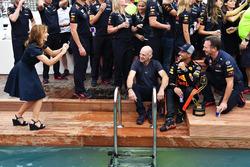 Geri Halliwell, neemt een foto van Daniel Ricciardo, Red Bull Racing, Adrian Newey, Red Bull Racing bij het zwembad van het Red Bull Racing Energy Station