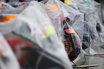 MotoGP-Bikes unter Regenplanen in der Boxengasse