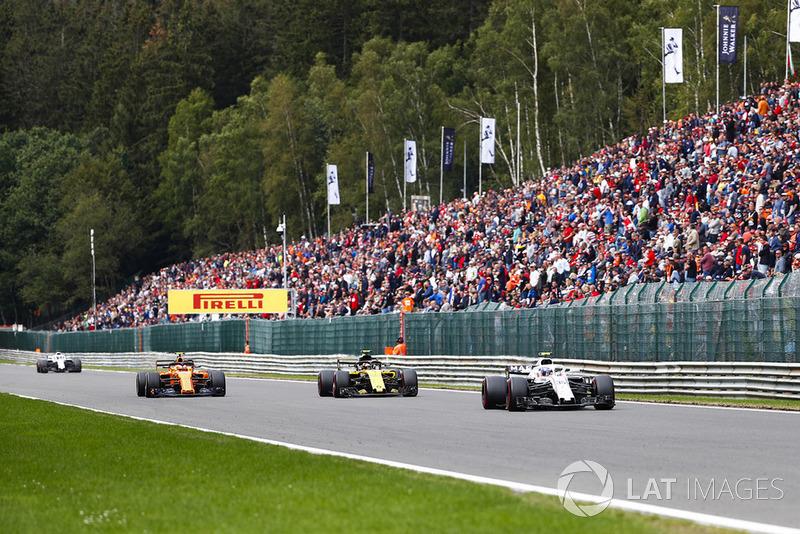 Sergey Sirotkin, Williams FW41, leads Carlos Sainz Jr., Renault Sport F1 Team R.S. 18, and Stoffel Vandoorne, McLaren MCL33