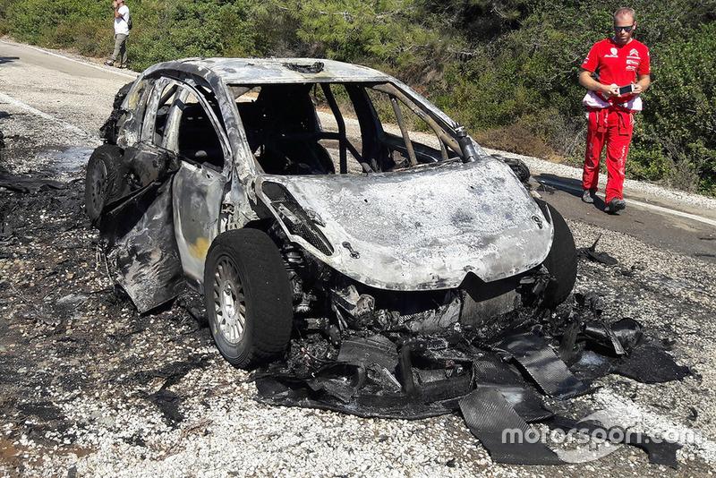 L'auto di Craig Breen, Scott Martin, Citroën World Rally Team Citroën C3 WRC, dopo l'incendio