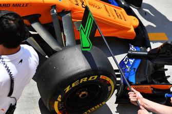Pneumatico Pirelli sulla ruota anteriore della McLaren MCL33