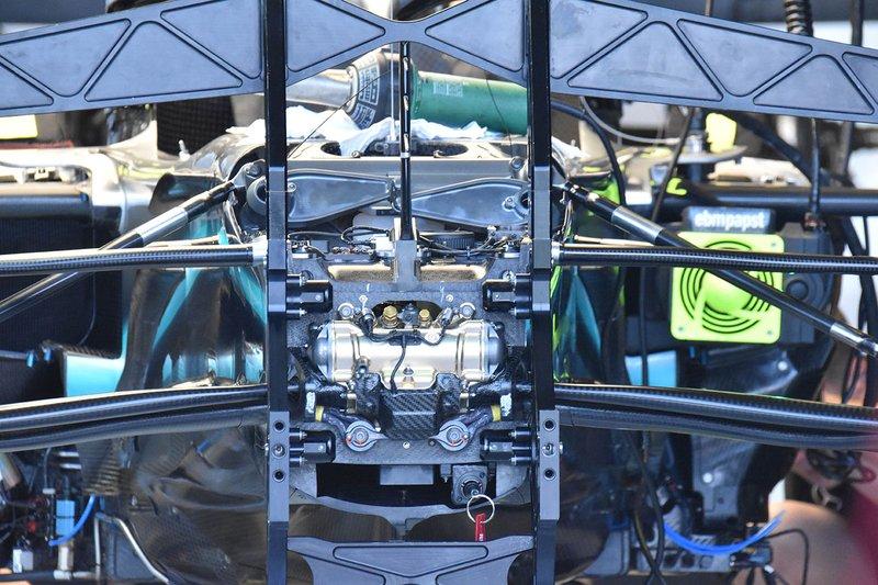 Mercedes W10, detalhe da suspensão dianteira
