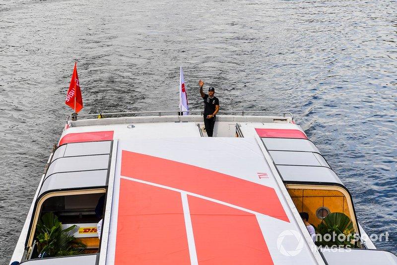 Lewis Hamilton, Mercedes AMG F1, saluta i tifosi dall'imbarcazione diretta all'evento a Federation Square