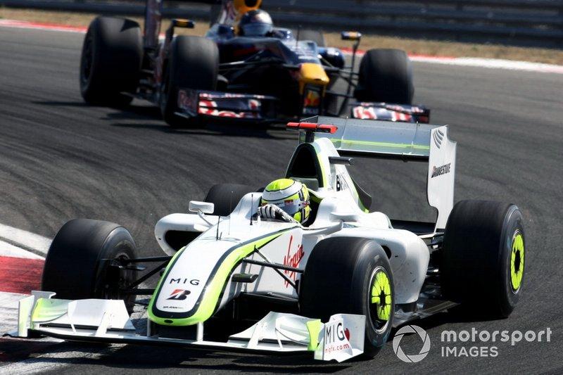 Jenson Button, Brawn Grand Prix BGP 001 mène devant Sebastian Vettel, Red Bull Racing RB5