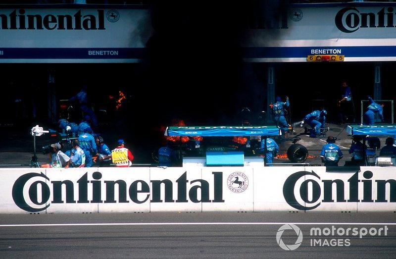 El fuego se prendió rápidamente, extendiendo la mecánica mientras Verstappen luchaba por liberarse.