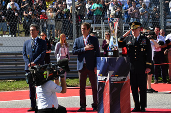 Bobby Epstein, US GP Promoter on the grid with the trophy