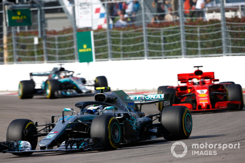 Valtteri Bottas, Mercedes AMG F1 W09, Sebastian Vettel, Ferrari SF71H, y Lewis Hamilton, Mercedes AMG F1 W09