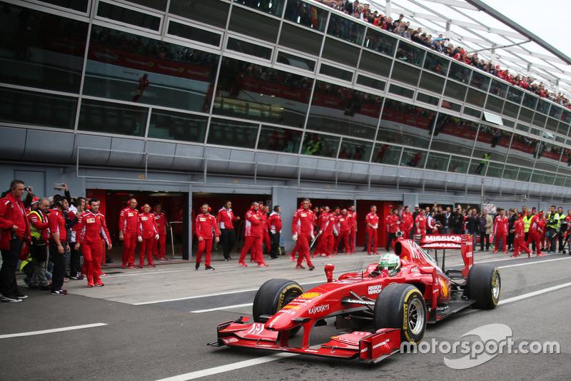 Ferrari F60 на пит-лейне