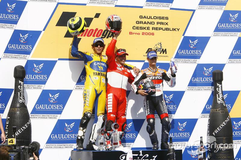 Podium: Ganador, Loris Capirossi, Ducati; segundo, Valentino Rossi, Yamaha; tercero, Dani Pedrosa, R
