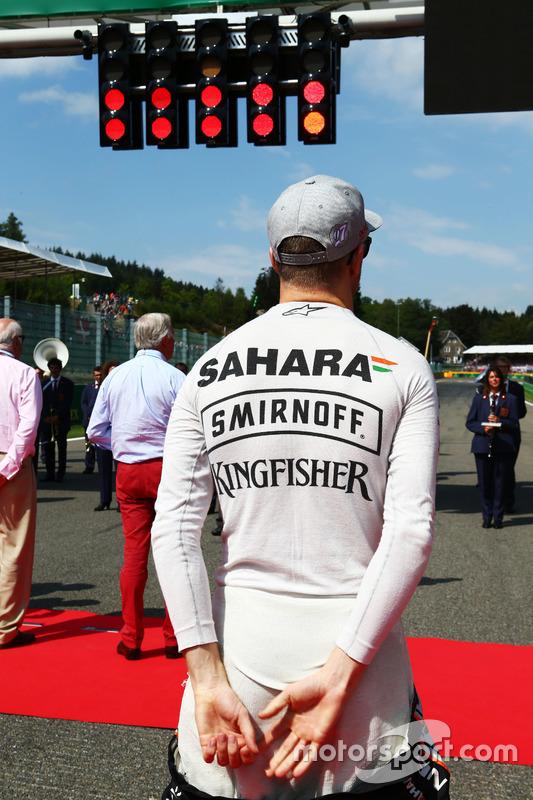 Nico Hulkenberg, Sahara Force India F1 mentre la griglia osserva l'inno nazionale