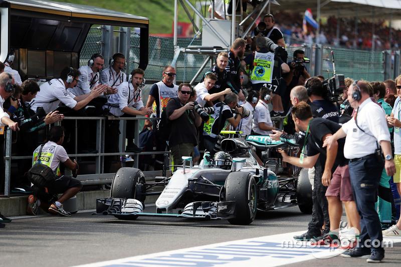 Il vincitore della gara Nico Rosberg, Mercedes AMG F1 W07 Hybrid festeggia nel parco chiuso