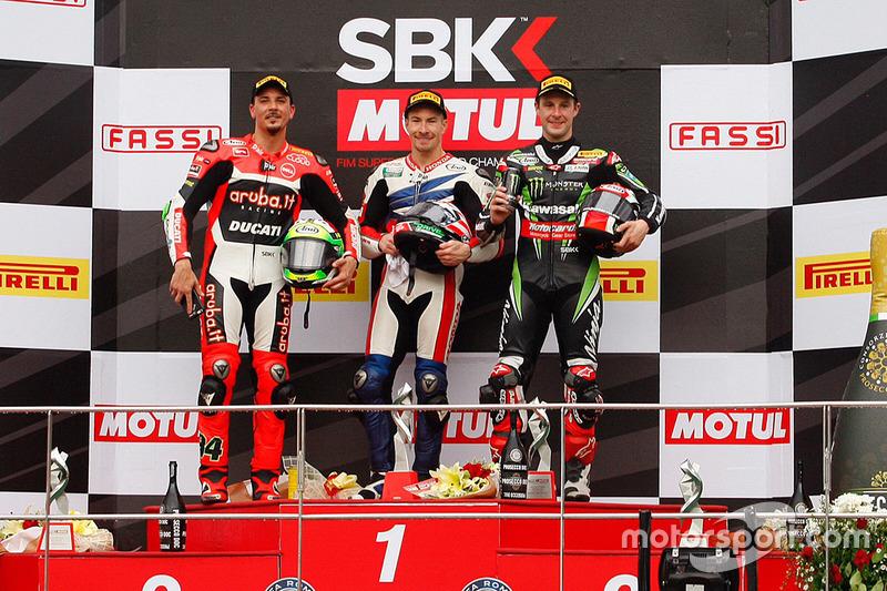 Podium : le vainqueur Nicky Hayden, Honda WSBK Team, le deuxième Davide Giugliano, Ducati Team, et le troisième Jonathan Rea, Kawasaki Racing