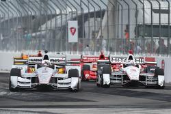 Juan Pablo Montoya, Team Penske Chevrolet, passeert Helio Castroneves, Team Penske Chevrolet