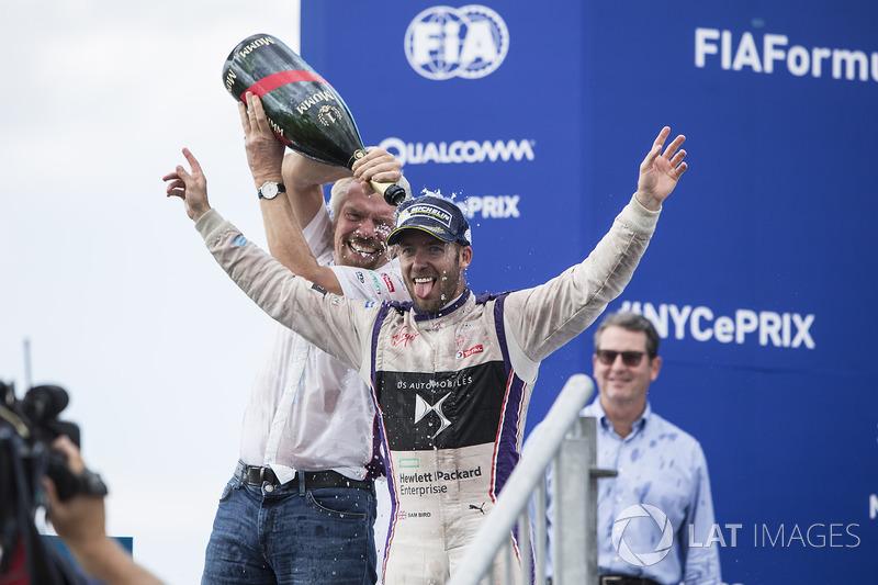 В гонке победил Сэм Берд, которого на подиуме поздравил владелец команды Ричард Брэнсон, выполнявший в Нью-Йорке функции резервного пилота DS Virgin Racing