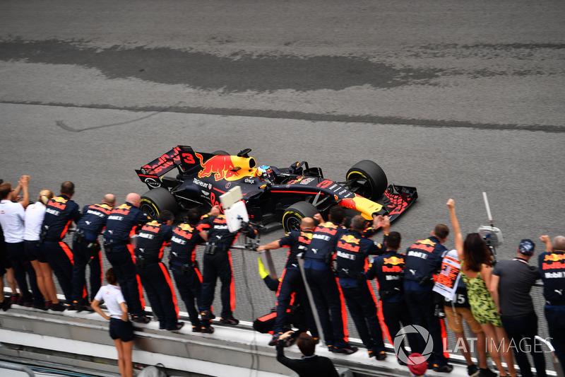 Daniel Ricciardo, Red Bull Racing RB13 crosses the line