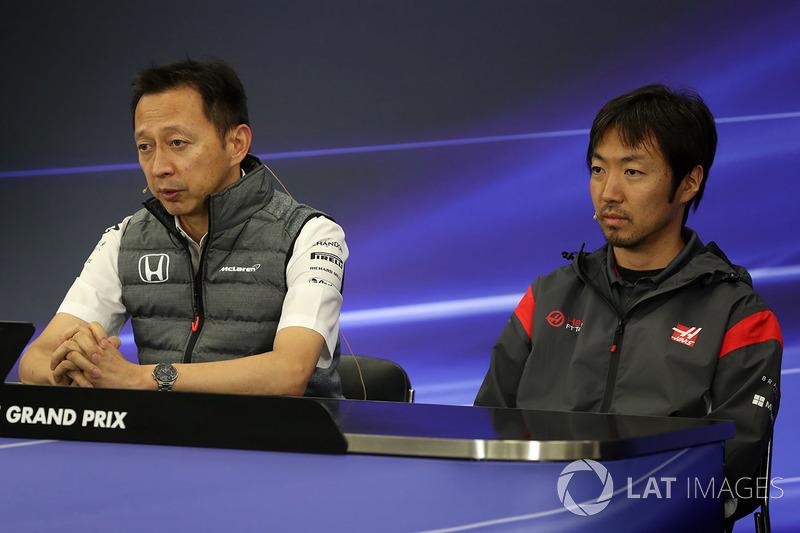 Yusuke Hasegawa, jefe de Honda Motorsport y Ayao Komatsu, ingeniero de Haas F1 en la rueda de prensa