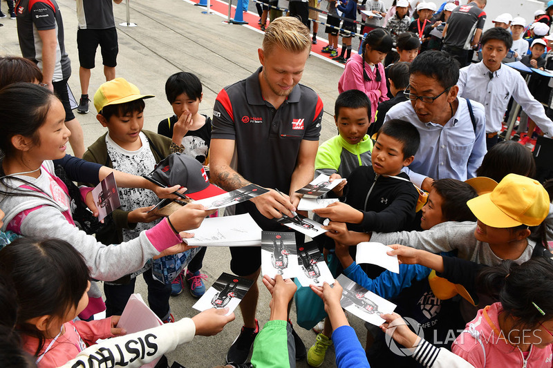 Kevin Magnussen, Haas F1 signs autographs for the fans