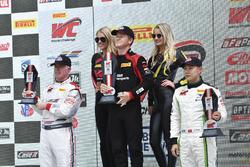 Podio: il vincitore Patrick Long, Wright Motorsports, il secondo classificato Adderly Fong, Absolute Racing, il terzo classificato Johnny O'Connell, Cadillac Racing
