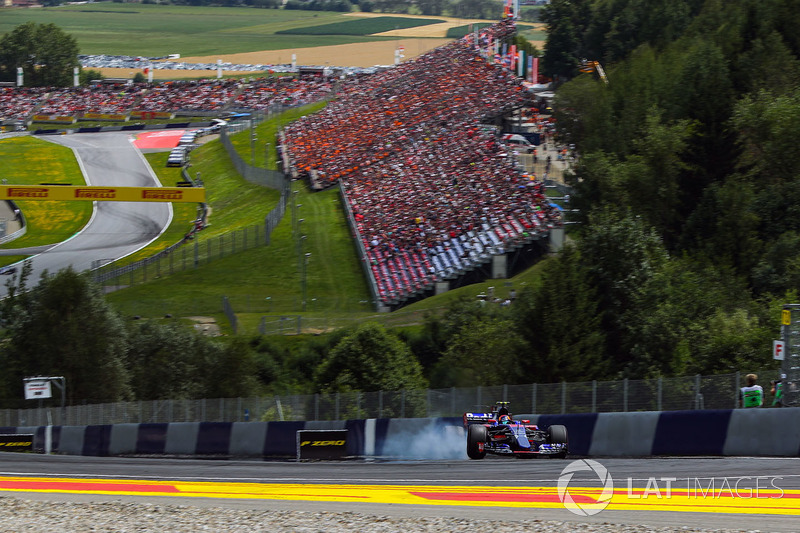 Carlos Sainz Jr., Scuderia Toro Rosso STR12 locks up