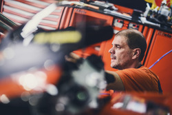 Un mécanicien Red Bull KTM Factory Racing au travail