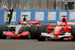 Pedro de la Rosa, McLaren Mercedes MP4-21 batalla con Michael Schumacher, Ferrari 248 F1