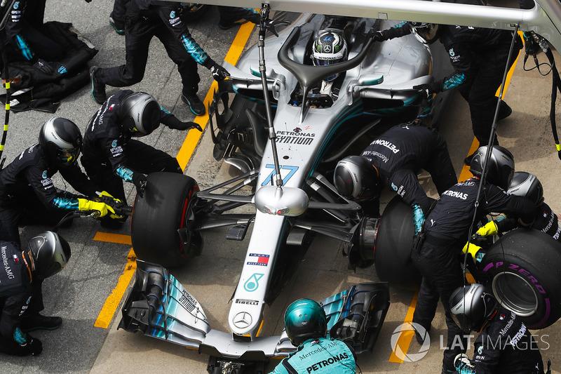 Valtteri Bottas, Mercedes AMG F1 W09, makes a pit stop