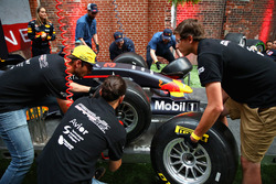 Los fanáticos compiten en la final del Red Bull Racing Pit Stop Challenge