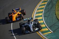 Valtteri Bottas, Mercedes AMG F1 W09, devant Stoffel Vandoorne, McLaren MCL33 Renault