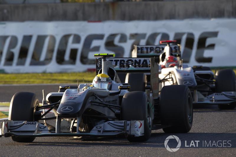 Nico Rosberg e Michael Schumacher, no Japão em 2010