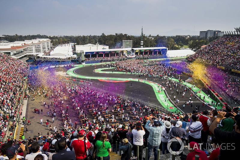 Fans miran el podio e invaden la pista