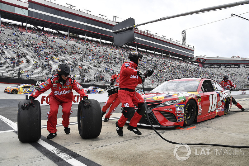 Kyle Busch, Joe Gibbs Racing, Toyota Camry Skittles pits