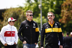Nico Hulkenberg, Renault Sport F1 Team, marche devant Charles Leclerc, Sauber